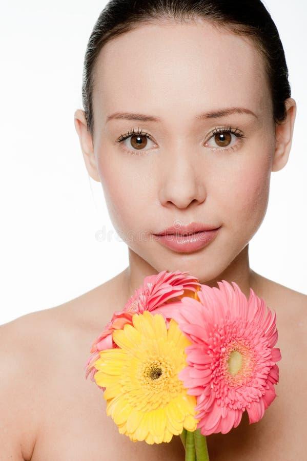 Z kwiatami młoda i atrakcyjna kobieta obraz royalty free