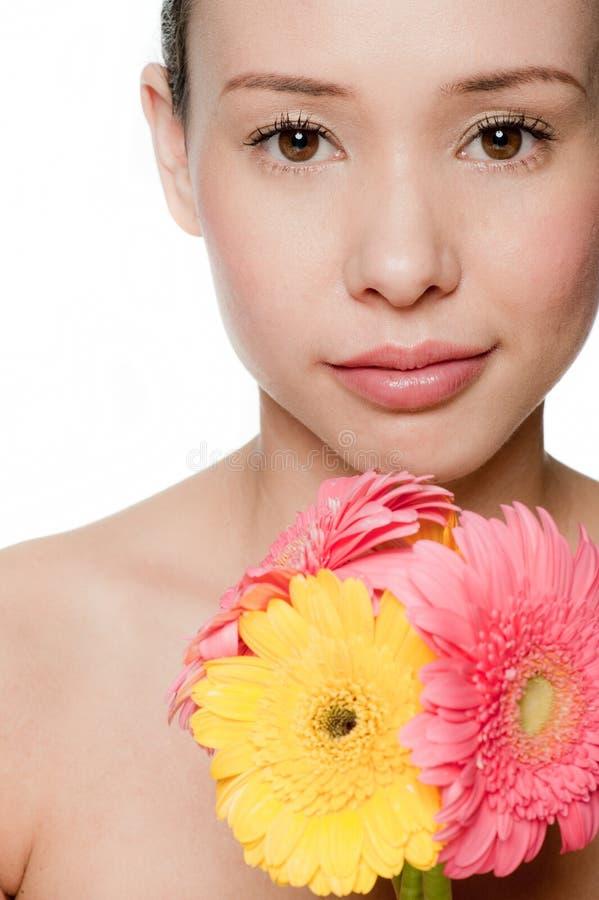 Z kwiatami młoda i atrakcyjna kobieta fotografia stock