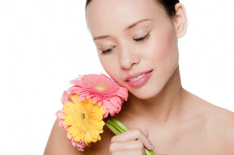 Z kwiatami młoda i atrakcyjna kobieta zdjęcie stock