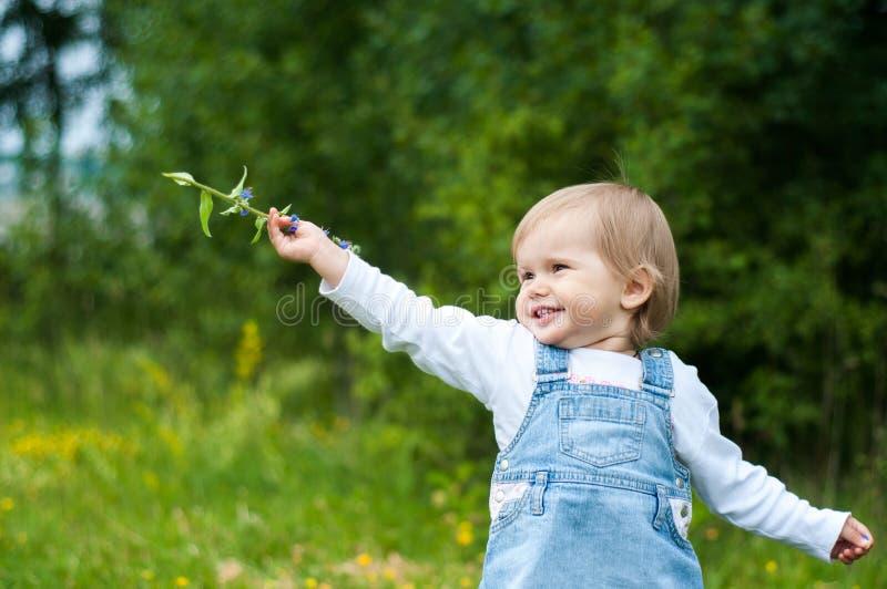 Z kwiatem piękna mała dziewczynka obrazy stock