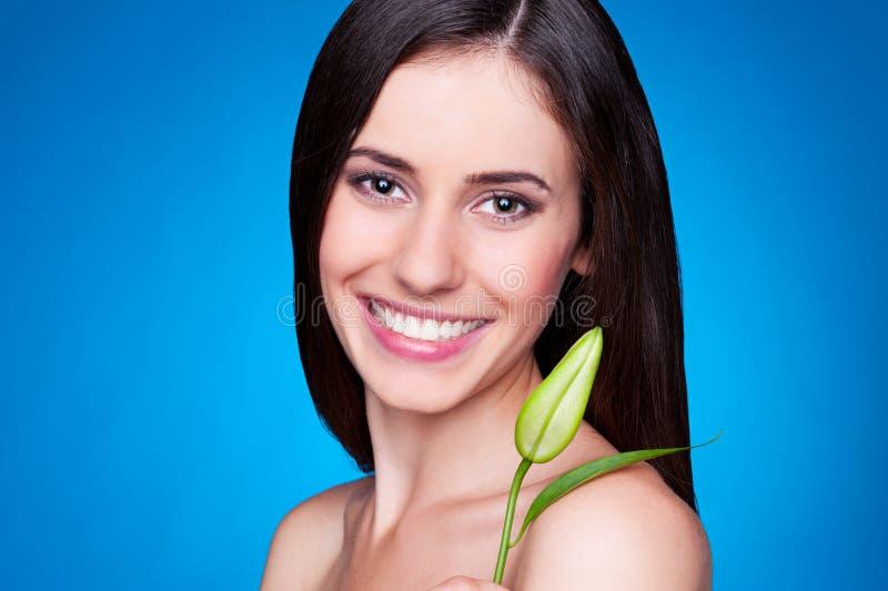 Z kwiatu pączkiem nęcąca młoda kobieta fotografia stock