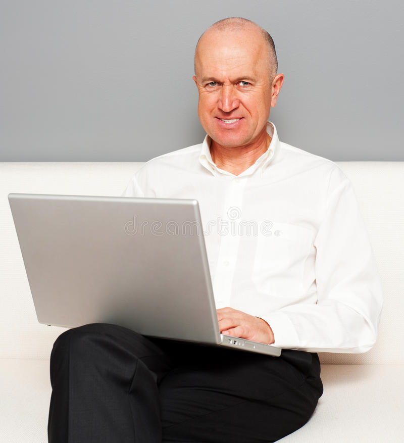 Z laptopem online starszy mężczyzna obrazy royalty free