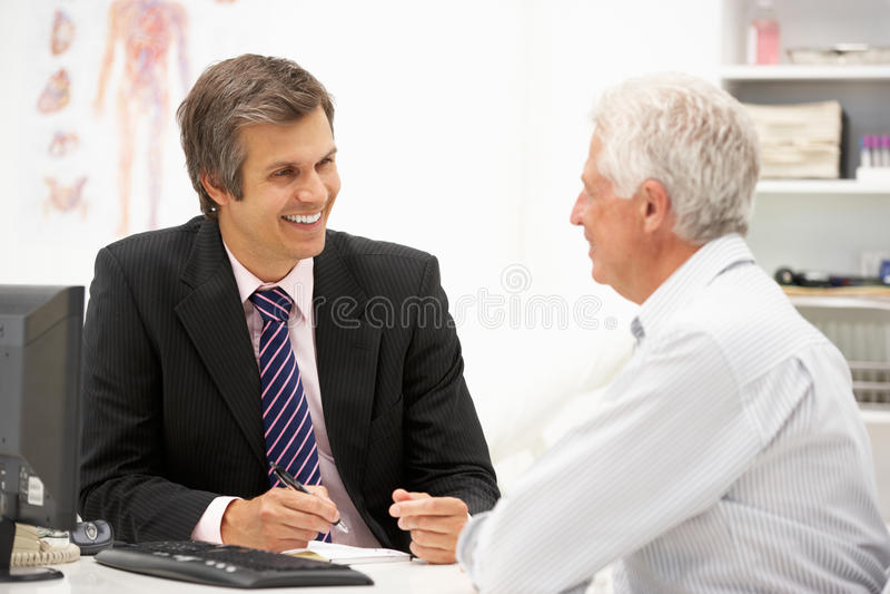 Z lekarką starszy pacjent obraz royalty free