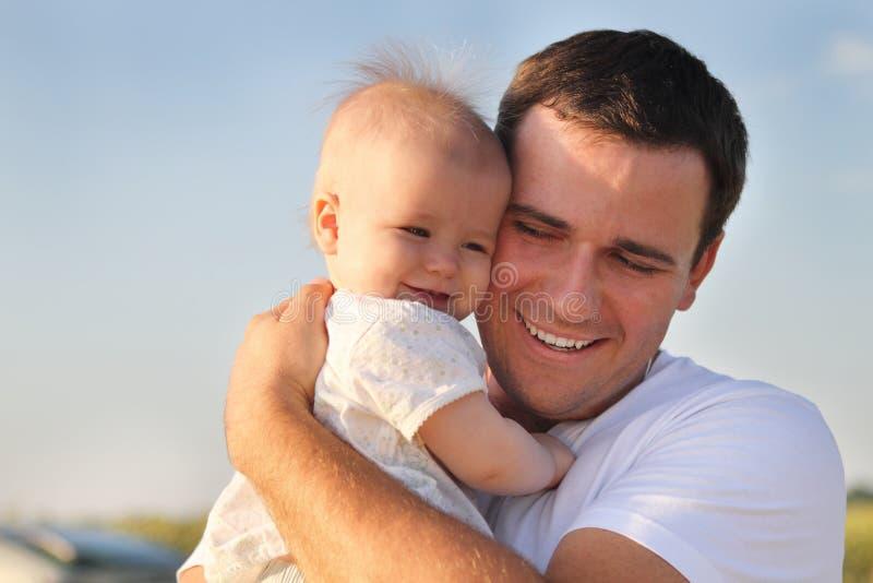 Z małą córką potomstwo szczęśliwy ojciec zdjęcie stock