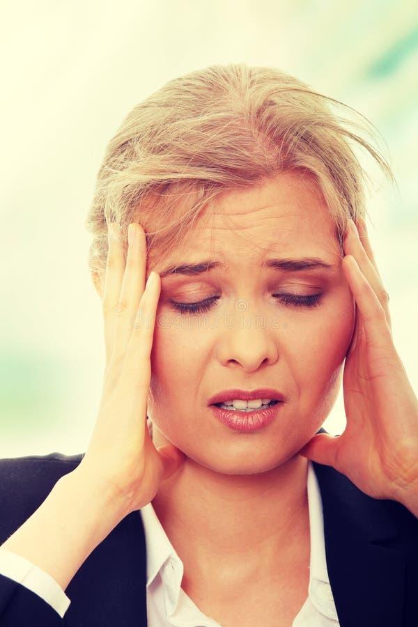 Z migreną biznesowa kobieta zdjęcie stock
