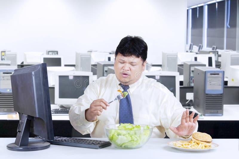 Z nadwagą biznesmen unika szybkie żarcie obrazy stock