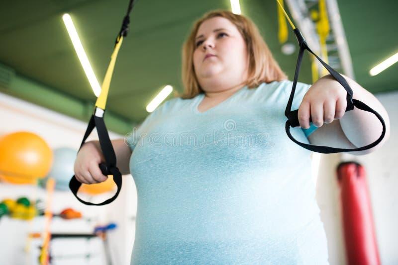 Z nadwagą kobieta Ćwiczy w Gym zdjęcia stock