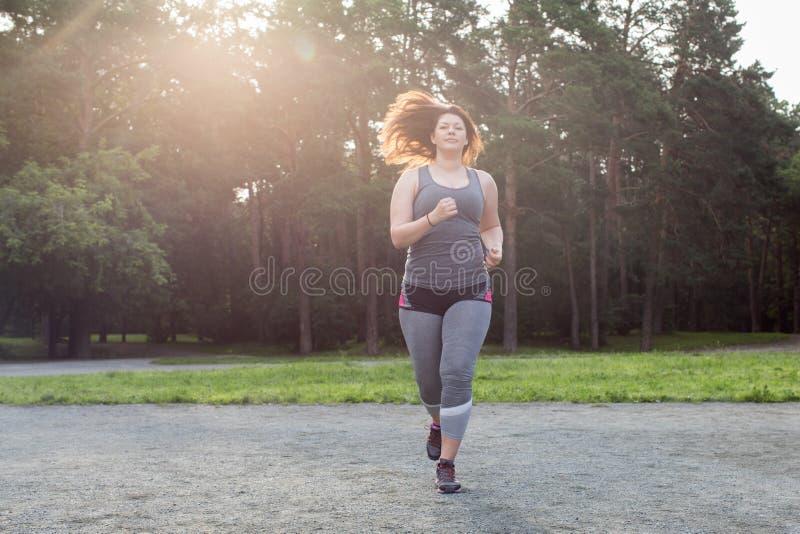 Z nadwagą kobieta bieg piękna brzucha pojęcia strata nad ciężaru białą kobietą obrazy royalty free