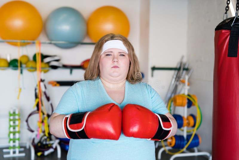 Z nadwagą kobieta boks w Gym zdjęcie royalty free