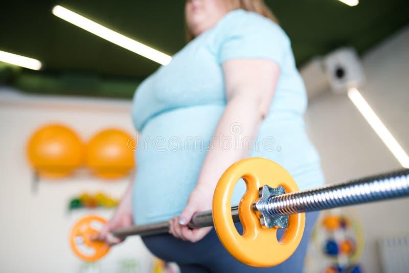 Z nadwagą kobieta Pracująca z Barbell Out zdjęcie stock