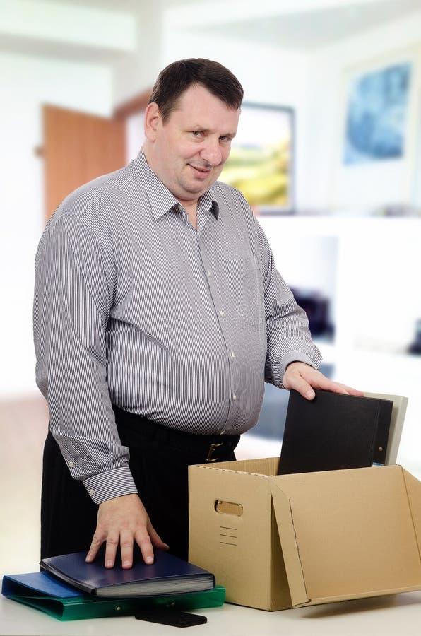 Z nadwagą w średnim wieku mężczyzna dostać nową pracę w biurze obraz stock