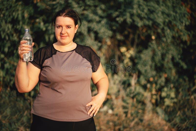 Z nadwag? kobiety woda pitna po jogging obrazy royalty free