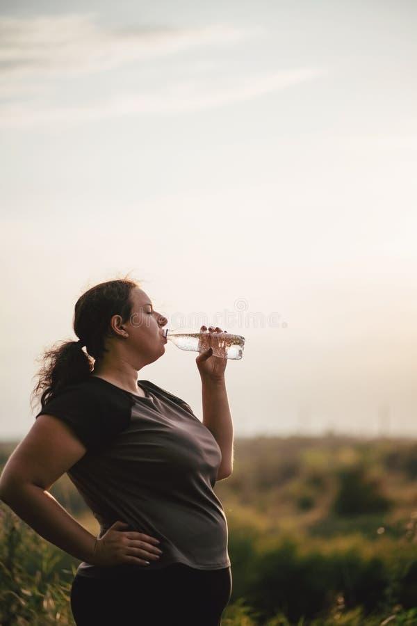 Z nadwag? kobiety woda pitna po treningu fotografia royalty free