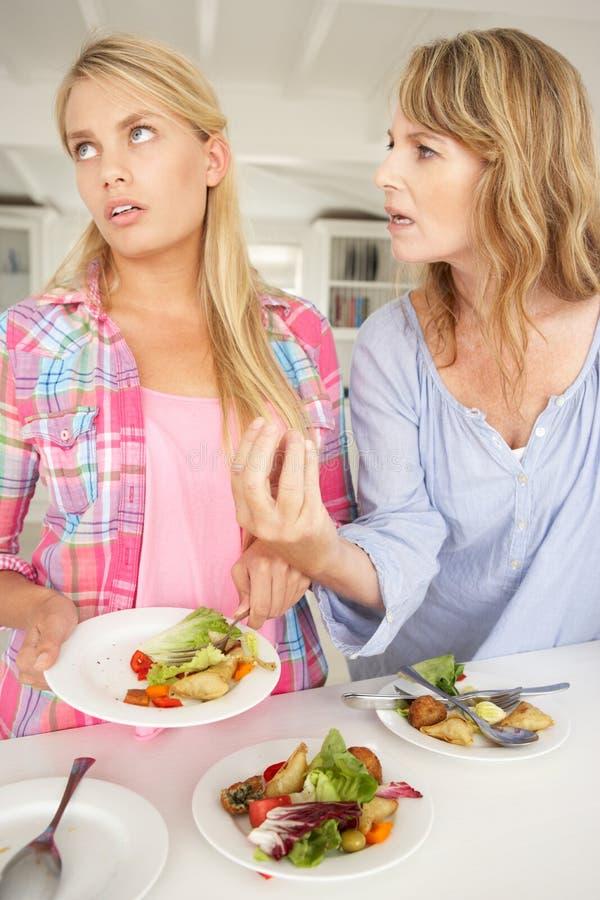 Z nastoletnią córką macierzysty argumentowanie zdjęcie stock