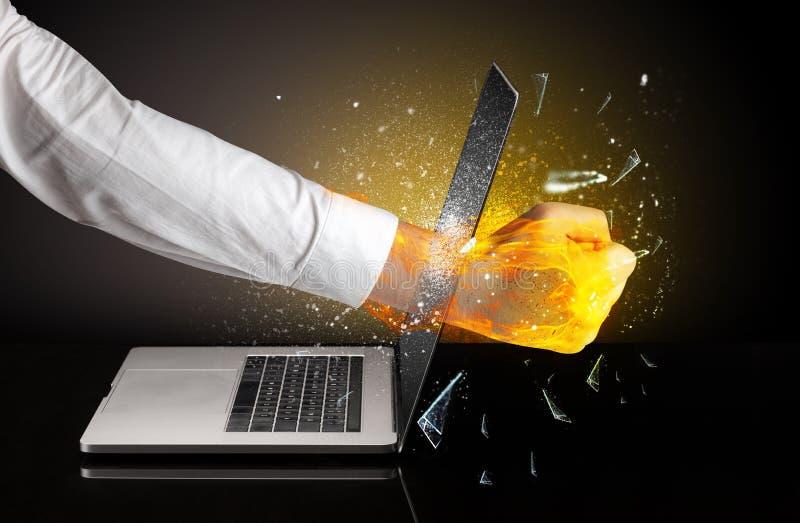 Z?ndungshand, die Laptopschirmglas bricht lizenzfreie stockfotos