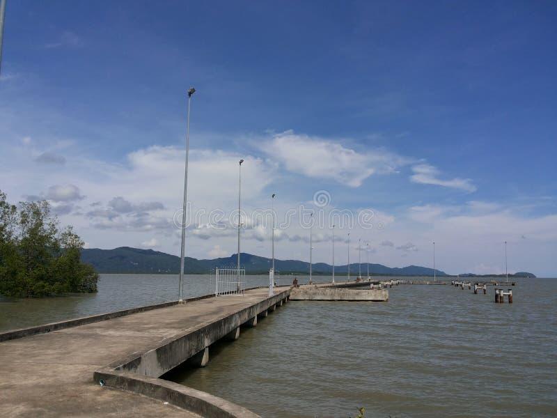Z niebieskim niebem morze most zdjęcie royalty free