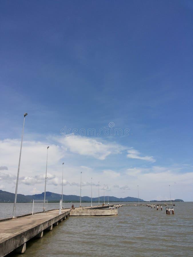 Z niebieskim niebem morze most obraz royalty free