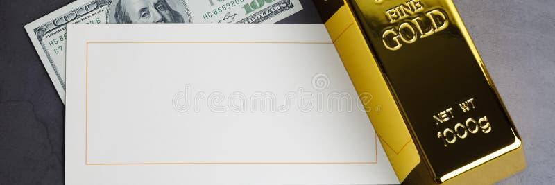 Z?ocistego baru ingot sztaby dolarowy rachunek i kartka z pozdrowieniami obrazy royalty free