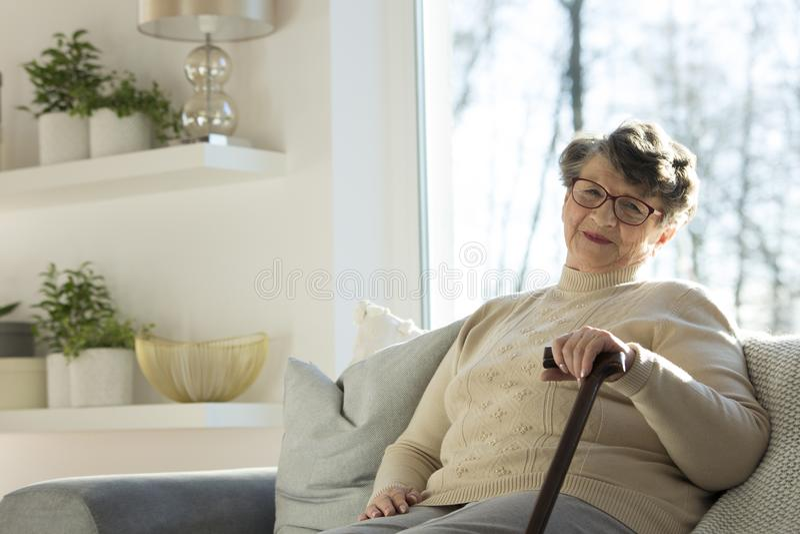 Z odprowadzenie kijem starsza kobieta obrazy royalty free