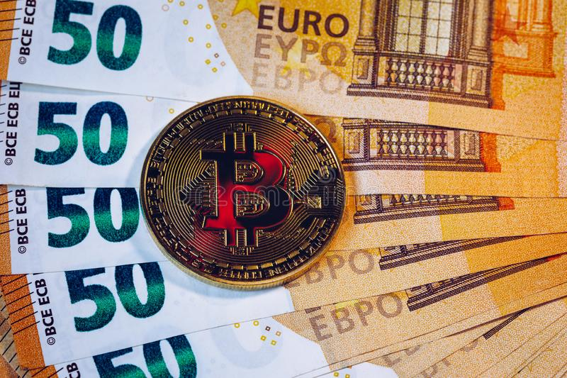 Z?oty bitcoin nad Euro pieni?dze Bitcoin cryptocurrency Crypto waluty poj?cie Bitcoin z euro rachunkami Bitcoins brogowa? na euro fotografia stock
