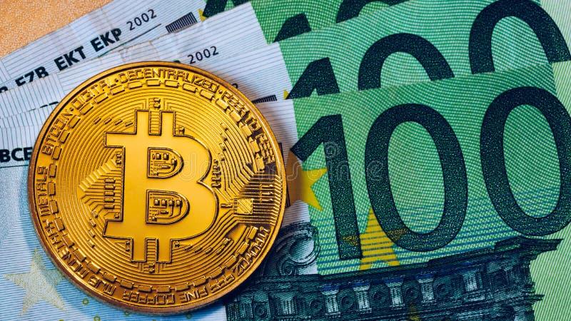 Z?oty bitcoin nad Euro pieni?dze Bitcoin cryptocurrency Crypto waluty poj?cie Bitcoin z euro rachunkami Bitcoins brogowa? na euro obraz royalty free