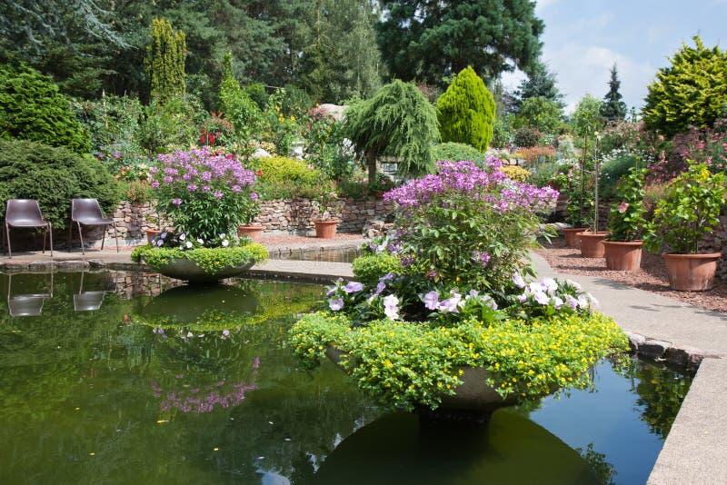 Z pięknym stawem ornamentacyjny ogród obraz royalty free