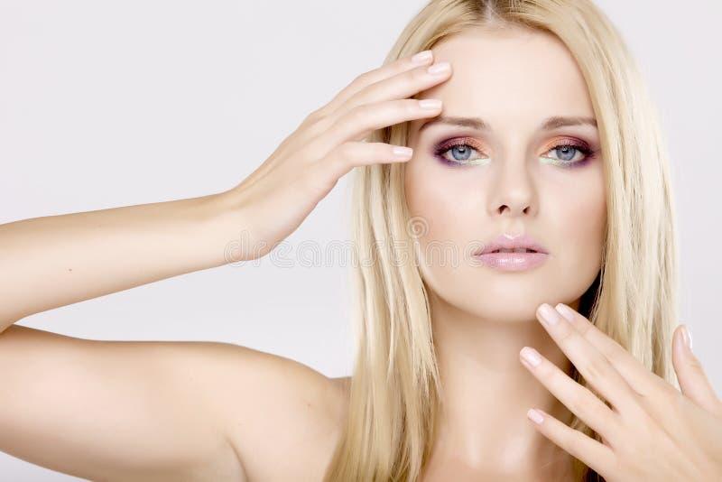 Z pięknymi blondynami młoda ładna kobieta zdjęcie stock