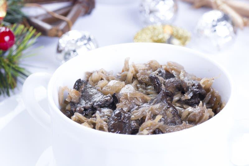 Z pieczarkami tradycyjny polerujący sauerkraut obraz stock