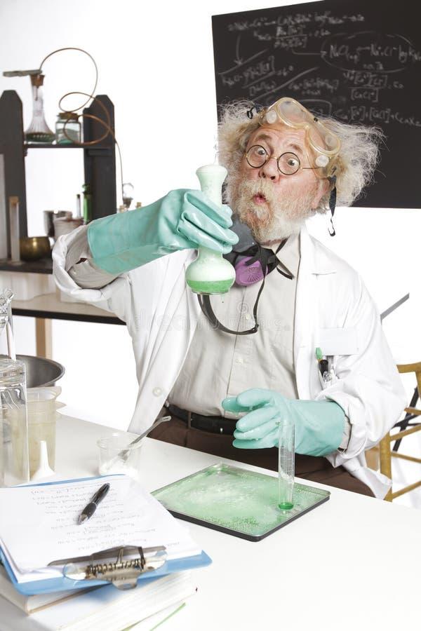 Z pieniącą zlewką zadziwiający starszy naukowiec zdjęcie stock