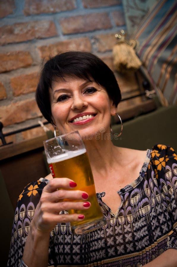 Z piwem starsza kobieta obrazy royalty free