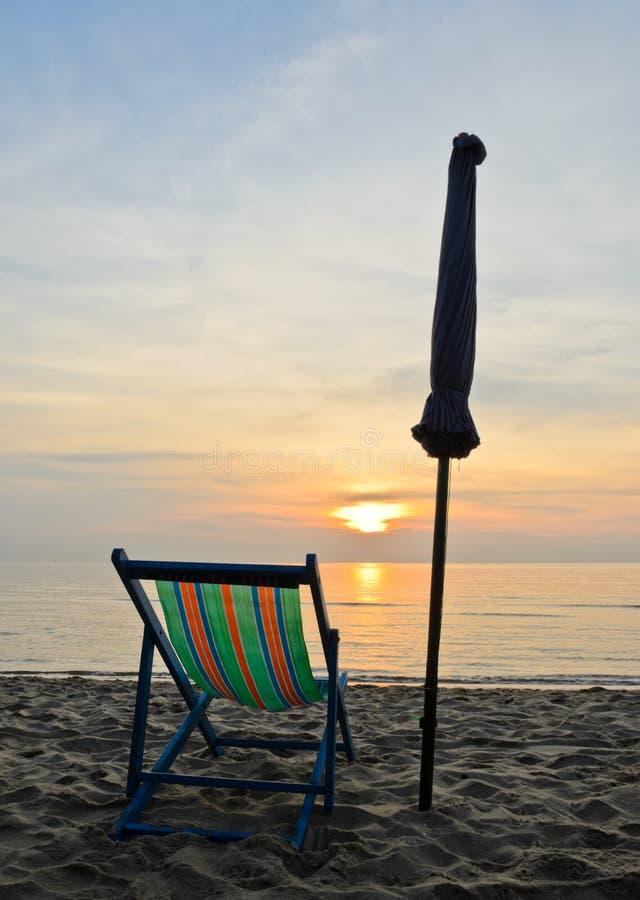 Z plażowym krzesłem kolorowy wschód słońca zdjęcia stock