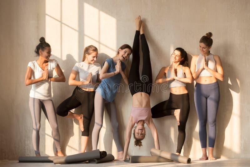 Z podnieceniem żeńscy jogowie zabawy joga ćwiczy pozy fotografia royalty free