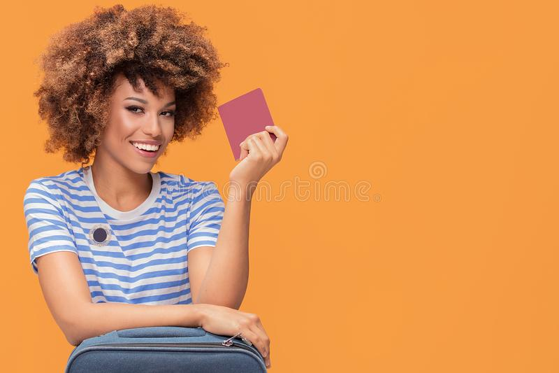 Z podnieceniem afro dziewczyny mienia paszport obrazy royalty free
