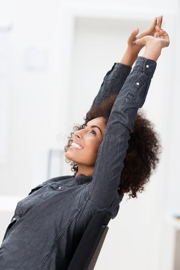 Z podnieceniem amerykanina afrykańskiego pochodzenia bizneswoman zdjęcia stock