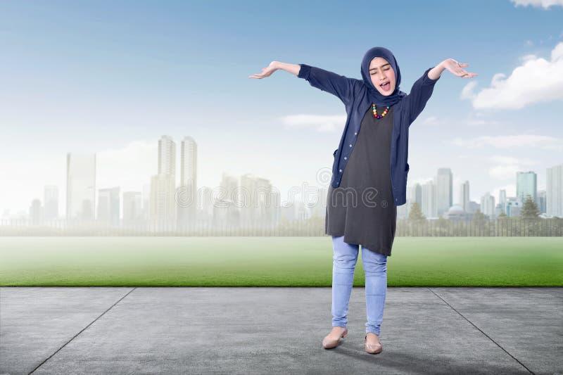 Z podnieceniem azjatykcia muzułmańska kobieta cieszy się dzień obrazy stock