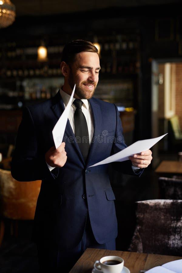 Z podnieceniem biznesmena czytania raport zdjęcie royalty free