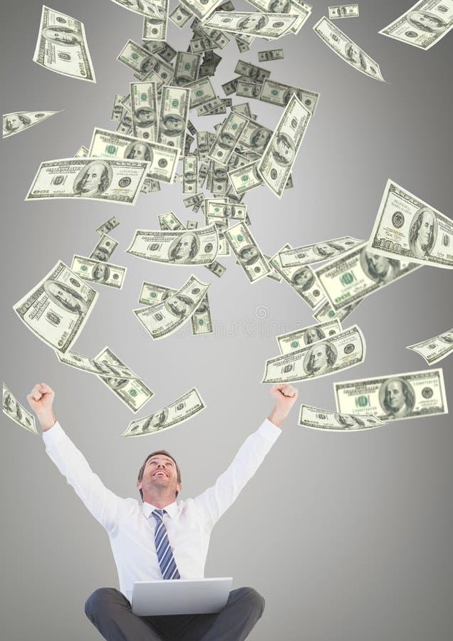 Z podnieceniem biznesowy mężczyzna patrzeje pieniądze deszcz przeciw popielatemu tłu obrazy royalty free