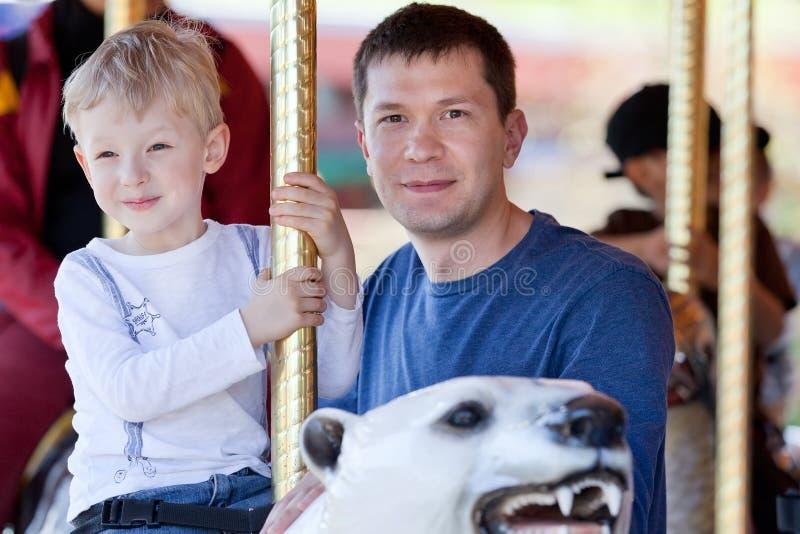 Rodzina przy parkiem rozrywki fotografia royalty free