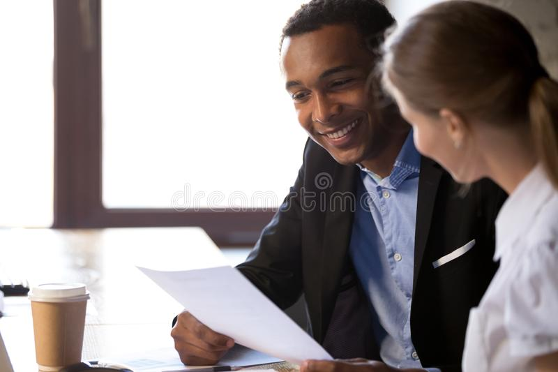 Z podnieceniem czarna pracodawca czyta wnioskodawca życiorys przy wywiadem fotografia royalty free