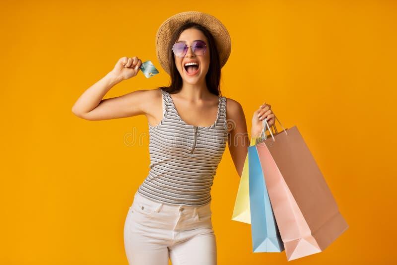 Z podnieceniem damy mienia karta kredytowa I Kolorowe torby na zakupy obrazy stock