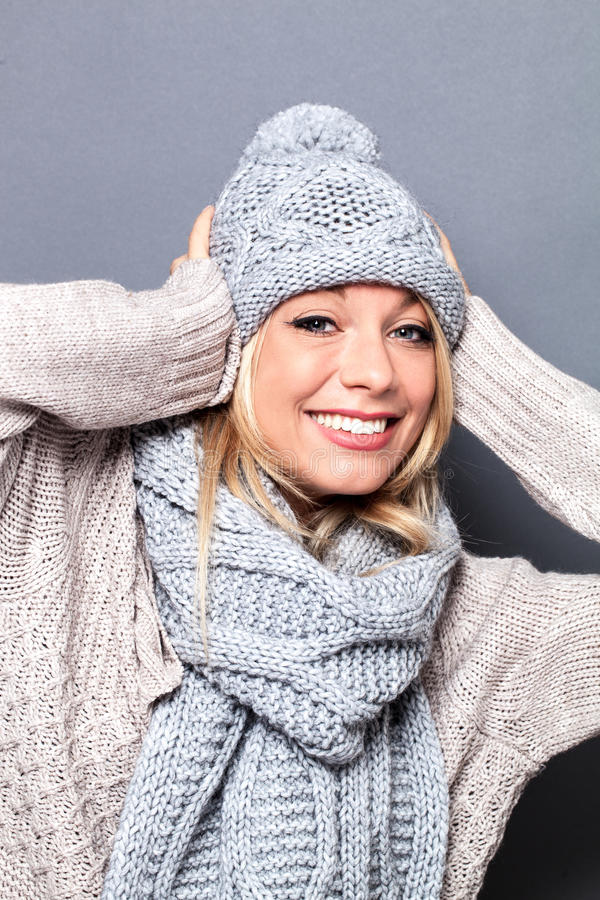Z podnieceniem elegancka dziewczyna z zima szalika i kapeluszu czuć seksowny obraz stock