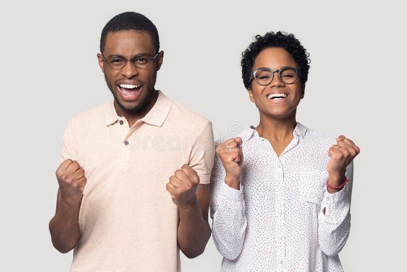 Z podnieceniem etniczna para jest ubranym szkła odczucie radującego się z wiadomością zdjęcie stock