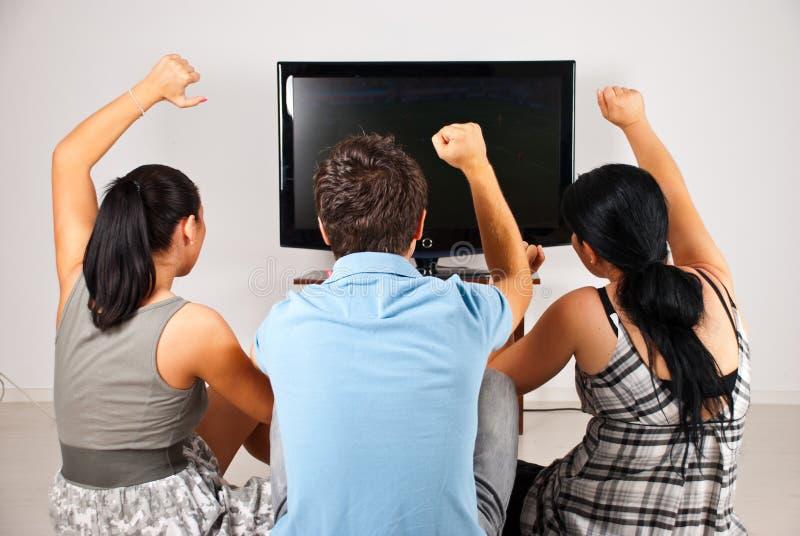 z podnieceniem fan piłki nożnej tv dopatrywanie obraz royalty free