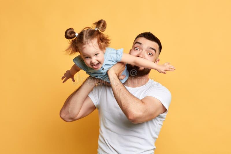 Z podnieceniem figlarnie mężczyzna zabawia trochę dosyć uroczej dziewczyny fotografia royalty free