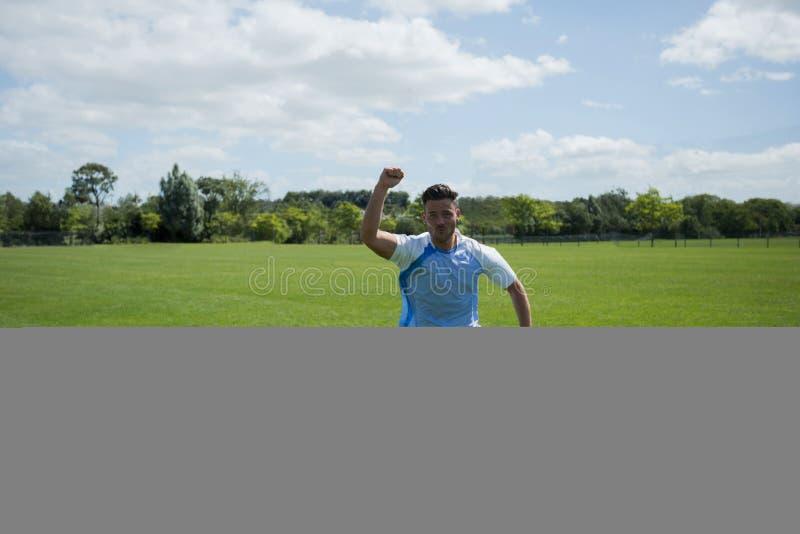 Z podnieceniem gracz futbolu odświętność po zdobywać punkty cel obrazy royalty free