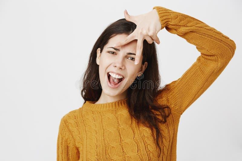 Z podnieceniem i chłodno dziewczyna mówić yeah z przebijającym nosa seansem podrzucał zwycięstwa szyldowego pobliskiego czoło pod zdjęcie royalty free