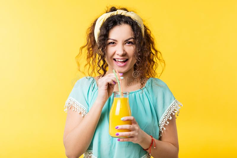 Z podnieceniem kobieta świeżego soku detox zdrowy smoothie obraz stock
