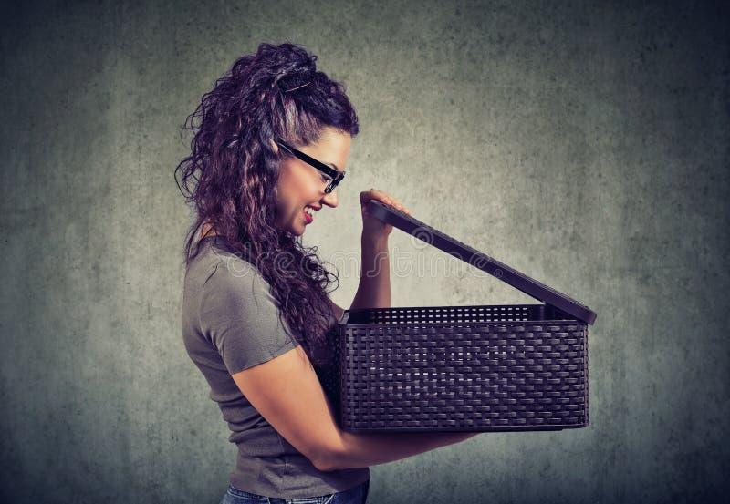 Z podnieceniem kobieta otwiera pudełko z niespodzianką zdjęcie stock