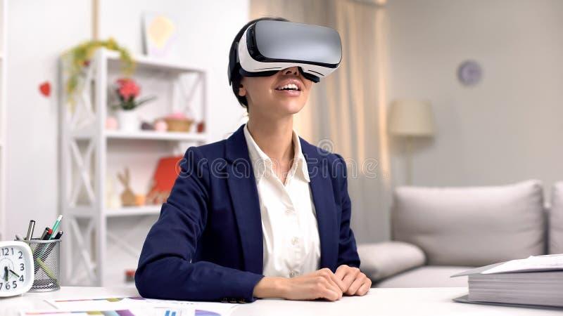Z podnieceniem korporacyjny pracownik w vr gogle, nowożytna innowacja, online technologia zdjęcia stock