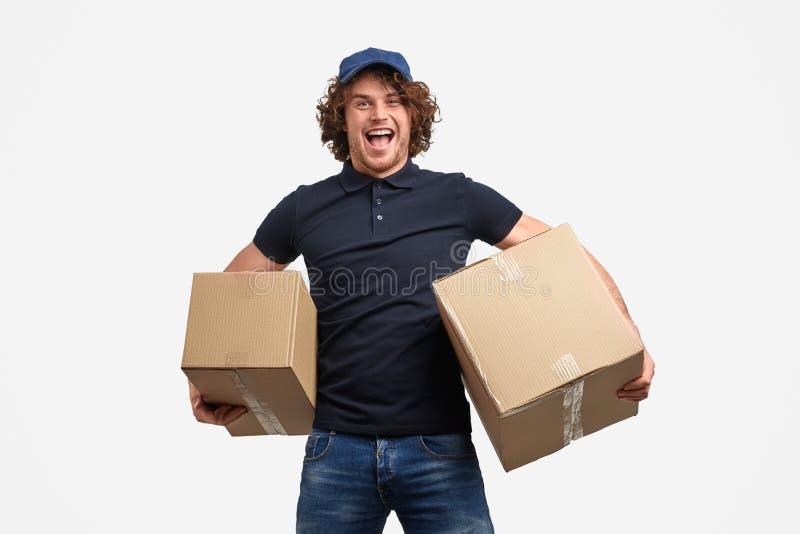 Z podnieceniem kuriera przewożenia pudełka fotografia stock